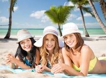 Счастливые молодые женщины в бикини на пляже лета Стоковая Фотография