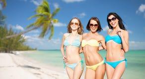 Счастливые молодые женщины в бикини на пляже лета Стоковое Изображение RF