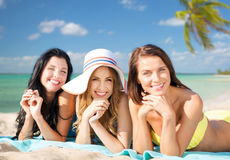Счастливые молодые женщины в бикини на пляже лета Стоковые Фотографии RF