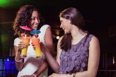 Счастливые молодые женщины имея коктеиль Стоковое Фото