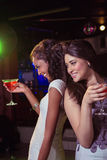 Счастливые молодые женщины имея красный коктеиль Стоковое Изображение RF
