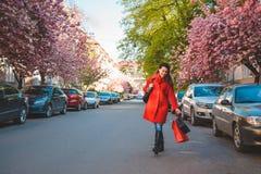 Счастливые молодые женщины идя после ходить по магазинам Стоковое Изображение RF