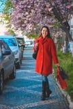 Счастливые молодые женщины идя после ходить по магазинам Стоковые Фотографии RF
