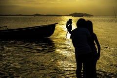 Счастливые молодые женщины наслаждаясь каникулами совместно имея потеху Стоковые Изображения RF