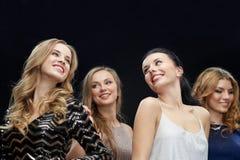 Счастливые молодые женщины танцуя на диско ночного клуба Стоковое Изображение