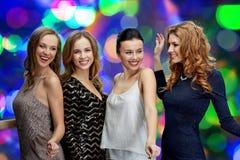 Счастливые молодые женщины танцуя на диско ночного клуба Стоковое Фото