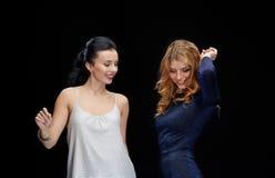Счастливые молодые женщины танцуя на диско ночного клуба Стоковая Фотография
