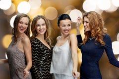 Счастливые молодые женщины танцуя на диско ночного клуба Стоковые Изображения RF
