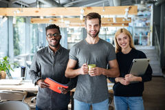 Счастливые молодые коллеги в офисе coworking Стоковое Фото