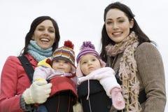 Счастливые молодые матери с их младенцами Стоковая Фотография
