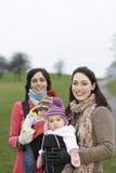 Счастливые молодые матери с их младенцами Стоковая Фотография RF