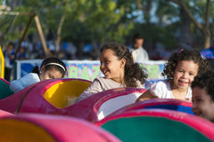 Счастливые молодые парни на парке атракционов Стоковые Изображения