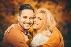 Счастливые молодые пары в влюбленности на парке Стоковое Фото