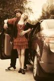 Счастливые молодые пары в влюбленности около нового автомобиля Стоковое фото RF