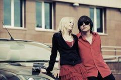 Счастливые молодые пары в влюбленности рядом с автомобилем Стоковые Фото