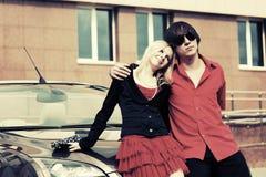 Счастливые молодые пары в влюбленности рядом с автомобилем Стоковое фото RF