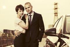 Счастливые молодые пары в влюбленности рядом с автомобилем Стоковое Изображение