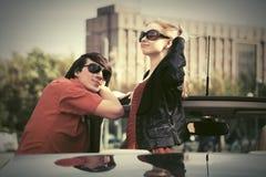 Счастливые молодые пары в новом автомобиле Стоковая Фотография RF