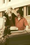 Счастливые молодые пары в новом автомобиле Стоковая Фотография