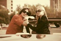 Счастливые молодые пары в новом автомобиле Стоковые Изображения RF