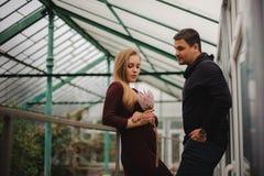 Счастливые молодые пары в парнике Стоковые Фото