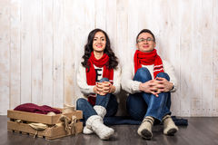 Счастливые молодые пары в платье стиля рождества Стоковые Фото