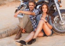 Счастливые молодые пары влюбленности Стоковое Изображение