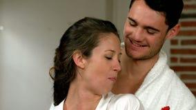 Счастливые молодые пары есть некоторые клубники видеоматериал