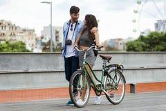 Счастливые молодые пары задействуя в городе стоковые фото