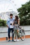 Счастливые молодые пары задействуя в городе стоковое изображение rf