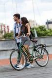 Счастливые молодые пары задействуя в городе стоковые изображения