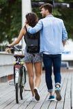 Счастливые молодые пары задействуя в городе стоковая фотография rf