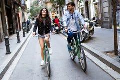 Счастливые молодые пары задействуя в городе стоковое изображение