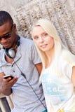 Счастливые молодые пары имеют потеху в летнем времени города Стоковые Фото