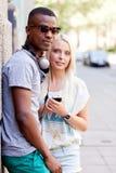 Счастливые молодые пары имеют потеху в летнем времени города Стоковое Фото