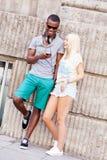 Счастливые молодые пары имеют потеху в летнем времени города Стоковое Изображение