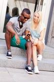Счастливые молодые пары имеют потеху в летнем времени города Стоковые Фотографии RF