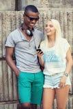 Счастливые молодые пары имеют потеху в летнем времени города Стоковые Изображения
