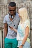 Счастливые молодые пары имеют потеху в летнем времени города Стоковая Фотография