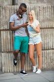 Счастливые молодые пары имеют потеху в летнем времени города Стоковое фото RF