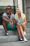 Счастливые молодые пары имеют потеху в летнем времени города Стоковые Изображения RF