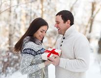 Счастливые молодые пары имея потеху в парке зимы Стоковое Фото