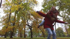 Счастливые молодые пары имея потеху в парке осени сток-видео