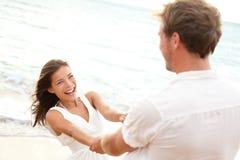 Счастливые молодые пары имея потеху пляжа на каникуле Стоковая Фотография