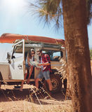 Счастливые молодые пары ища направления на карте стоковое фото