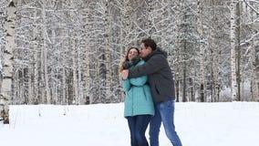 Счастливые молодые пары идя в зиму паркуют акции видеоматериалы