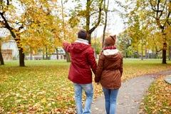 Счастливые молодые пары идя в парк осени Стоковые Фотографии RF