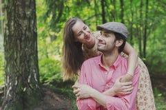 Счастливые молодые пары идя в парк Стоковые Фото