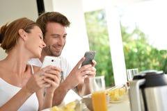 Счастливые молодые пары наслаждаясь временем завтрака Стоковая Фотография RF