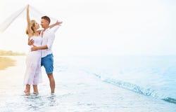 Счастливые молодые пары наслаждаясь морем стоковые фотографии rf